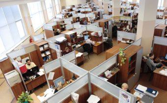 Какво определя дали даден служител е на пълно или непълно работно време?
